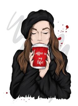 Linda garota com roupas elegantes e com café