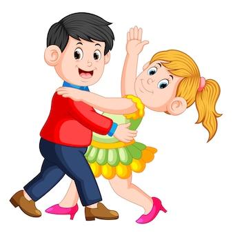 Linda garota dançando salsa com seu menino e eles dançando juntos