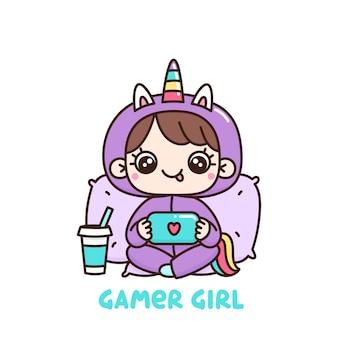 Linda garota de pijama de unicórnio com console ou telefone jogando videogame