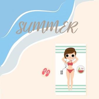 Linda garota deitada na praia no verão