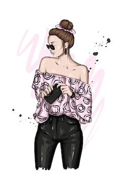 Linda garota em um top e calças elegantes
