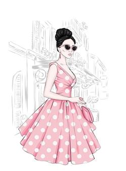 Linda garota em um vestido elegante e óculos