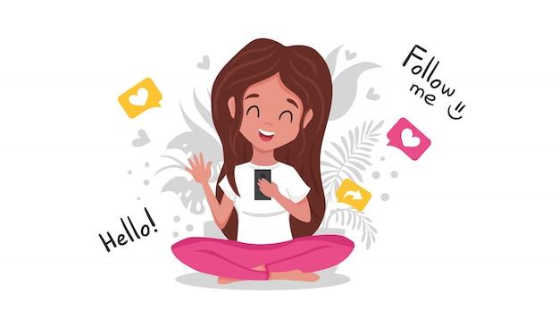 Linda garota engraçada criando conteúdo e publicando em mídias sociais, blog ou vlog.