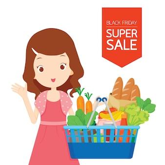 Linda garota segurando cestas de compras cheias de comida, comida e vegetais