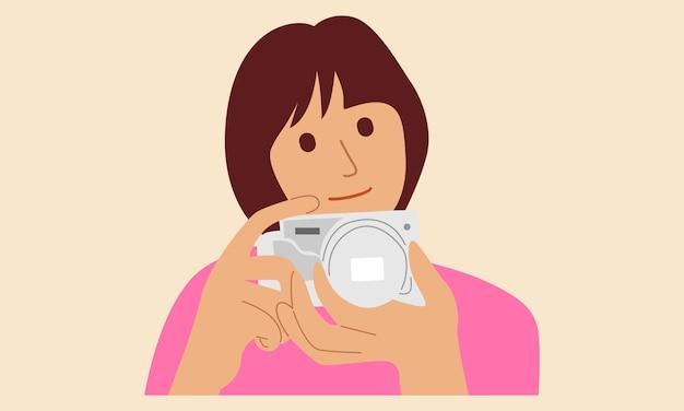 Linda garota segurando uma câmera