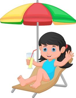Linda garota tomando banho de sol, acenando e segurando uma bebida
