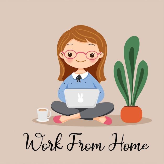 Linda garota trabalhando em casa com personagem de desenho animado portátil