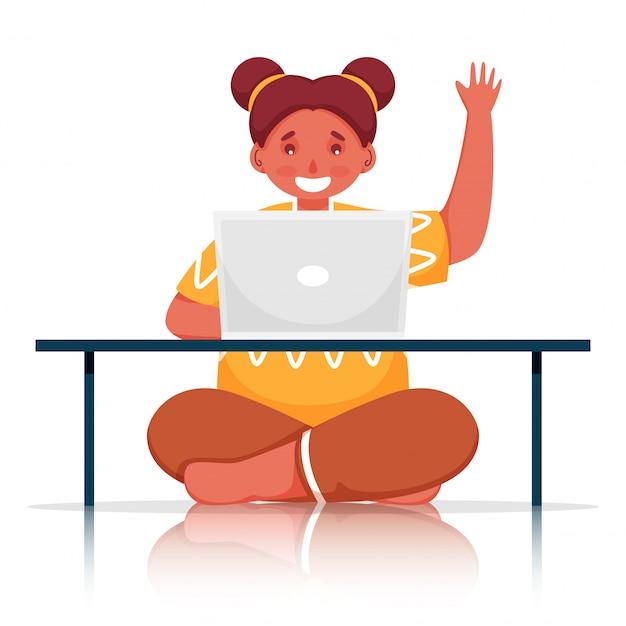 Linda garota usando laptop na mesa com gesto de olá no fundo branco.