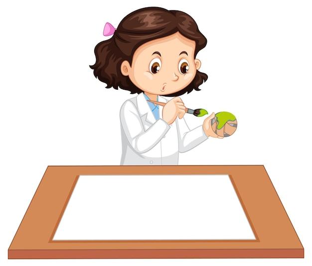 Linda garota vestindo uniforme de cientista com papel em branco na mesa