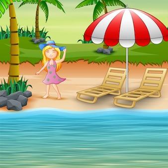 Linda mulher de chapéu azul se divertindo na praia
