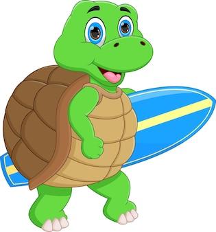 Linda tartaruga carregando uma prancha de surf no fundo branco