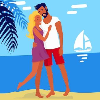 Lindo casal abraçando isolado na praia de verão