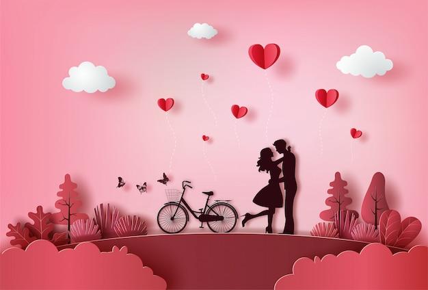 Lindo casal apaixonado, abraçando-se com muitos corações flutuando.