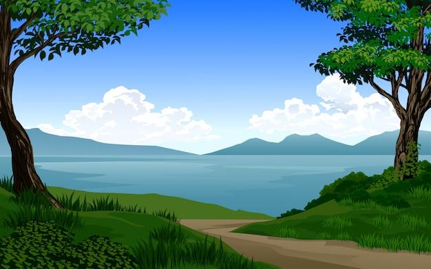 Lindo lago na floresta com montanha