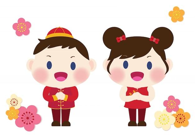 Lindo menino e menina em trajes tradicionais chineses