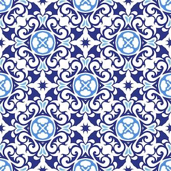 Lindo padrão de retalhos sem costura de azulejos orientais azuis e brancos, ornamentos.