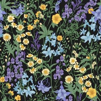 Lindo padrão floral com flores desabrochando selvagens e plantas com prados em fundo preto.