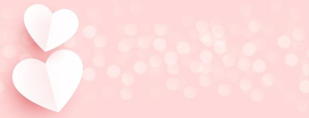 Lindos corações de papel em banner de bokeh rosa