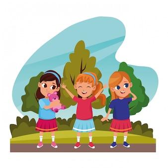 Lindos filhos brincando nos desenhos de natureza