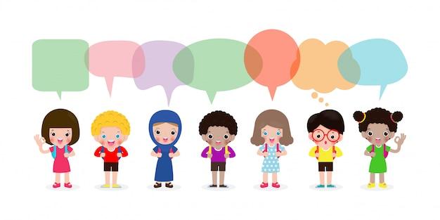 Lindos filhos com bolhas do discurso, conjunto de diversas crianças e diferentes nacionalidades com bolhas do discurso isoladas