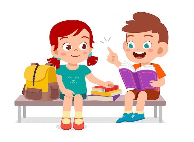 Lindos filhos felizes lendo livro juntos