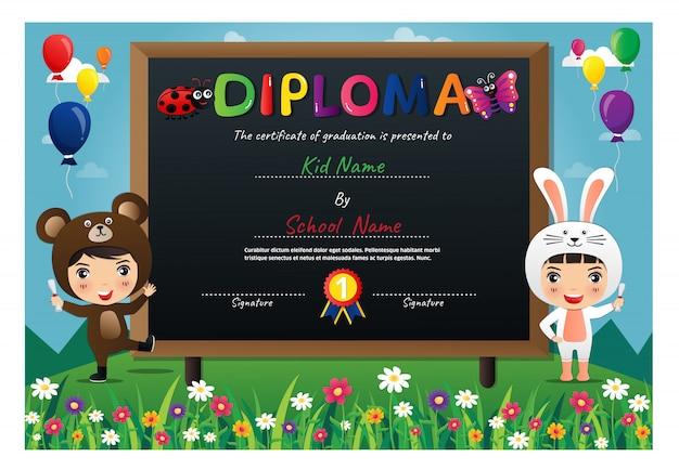 Lindos filhos usando certificado de diploma de trajes de animais