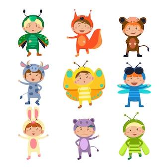 Lindos filhos vestindo insetos e fantasias de animais