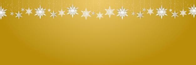 Lindos flocos de neve pendurados e neve caindo em um terno de fundo dourado para banner de natal, ano novo e inverno.