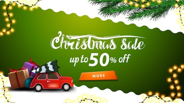 Liquidação de natal, até 50 de desconto, banner de desconto verde e branco com linha diagonal ondulada, botão laranja, galhos de árvores de natal e carro vintage vermelho com árvore de natal