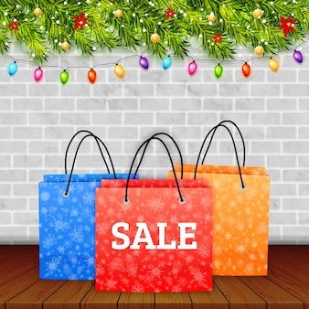 Liquidação de natal. saco de papel de compras sobre mesa de madeira com fundo de inverno