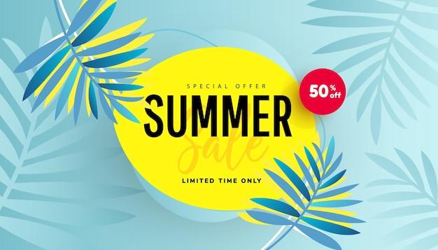 Liquidação de verão com banner de promoção de folhas tropicais