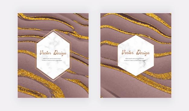 Líquido marrom com cartões de design de tinta glitter dourado com molduras geométricas em mármore branco.