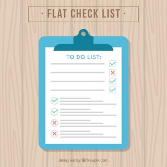 Lista de verificação em uma mesa de madeira
