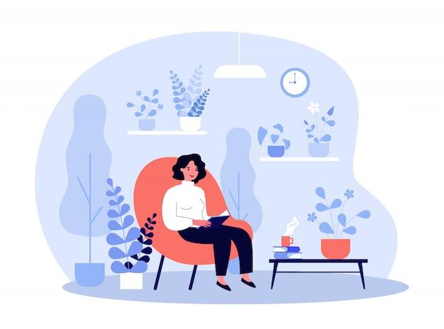 Livro de leitura da mulher no jardim de casa