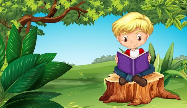 Livro de leitura menino fofo no parque