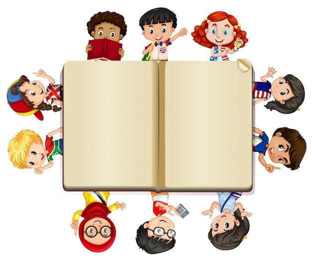 Livro em branco e um monte de crianças