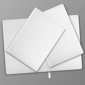 Livros brancos sobre a mesa