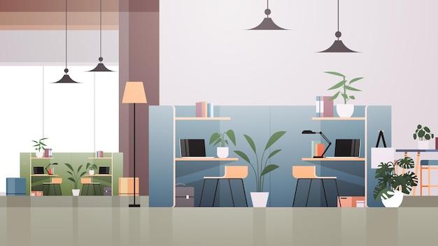 Locais de trabalho com laptops em um centro de coworking vazio moderno sala de escritório espaço aberto