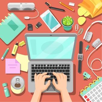 Local de trabalho freelance com laptop e acessórios.