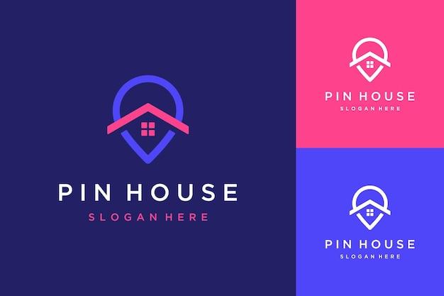 Localização do design do logotipo da casa ou pino com o telhado da casa e as janelas