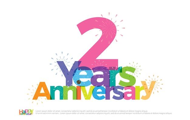 Logotipo colorido de celebração de aniversário de 2 anos com fogos de artifício