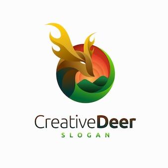 Logotipo criativo de cervo com conceito de floresta