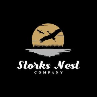 Logotipo da ave-garça-cegonha voadora em river lake creek sunset