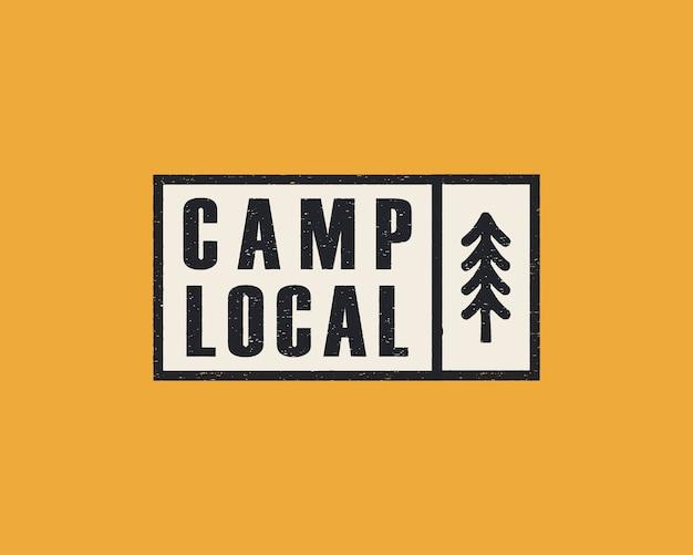 Logotipo da aventura desenhada de mão com floresta de pinheiros.