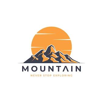 Logotipo da aventura na montanha em laranja