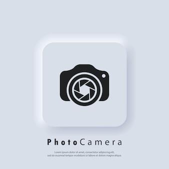 Logotipo da câmera fotográfica. câmera com ícone de lente. conceito de fotografia. vetor. botão da web da interface de usuário branco neumorphic ui ux. neumorfismo