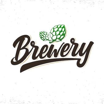 Logotipo da cervejaria. letras escritas à mão com cones de lúpulo.