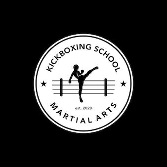 Logotipo da escola de artes marciais vintage distintivo kickboxing