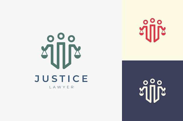 Logotipo da justiça ou advogado no pilar de 3 pessoas