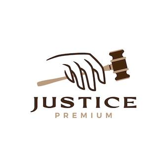Logotipo da lei do martelo da justiça no punho